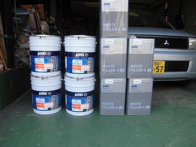 高弾性塗料で塗装し、これから新しく入るひび割れを露出させず、防水性に特化した工事になりました。