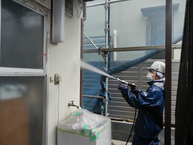 高圧洗浄により、ホコリや汚れを洗い流します
