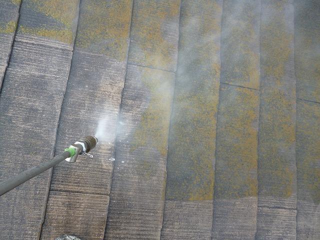 高圧洗浄により、苔やカビを丁寧に洗い流していきます。