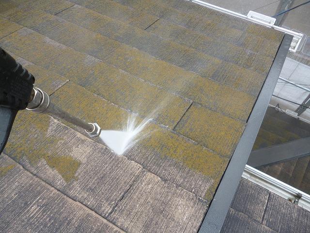 高圧洗浄により苔やカビを徹底的に洗い流します。