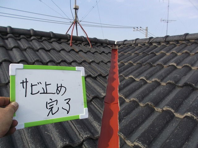 屋根にも鉄の部分があるので、錆止め塗装を施しました