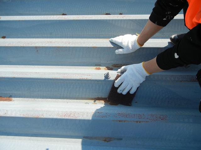 錆びていた部分だけではなく、屋根は全体的にケレン作業により研磨していきます