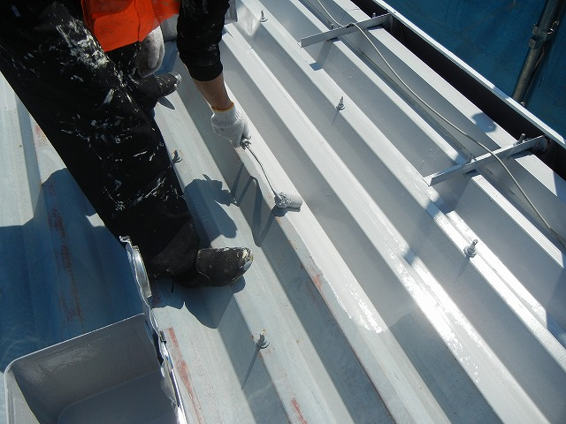 鉄製の屋根の為、下塗りは錆止め塗料を塗っていきます