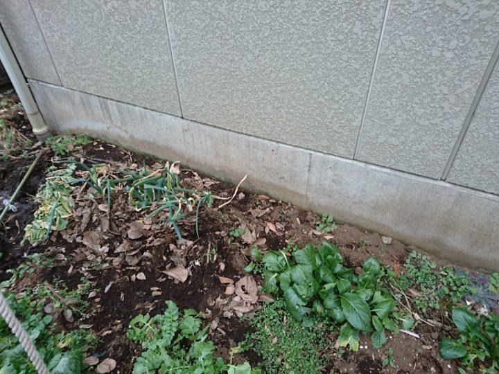 基礎と外壁の取り合いで水漏れの可能性あり、内部の木鉄など腐食あり