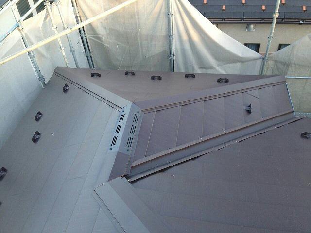 防水シートの上に仕上げ材となるガルバリウム鋼板を貼っていきます。