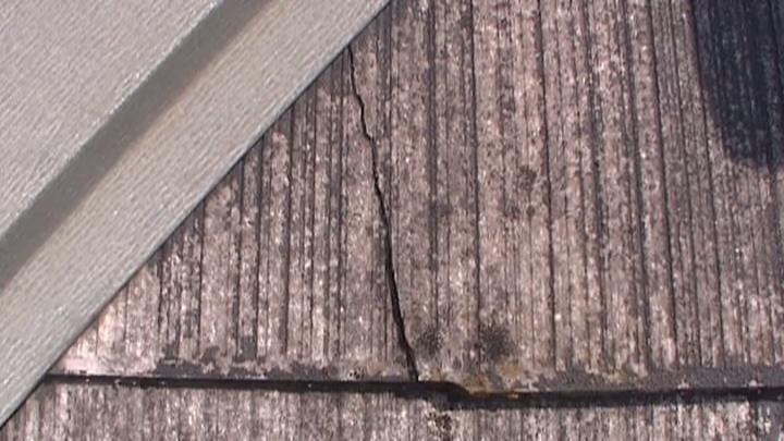 防水機能の低下により、スレート瓦にひび割れが生じています。