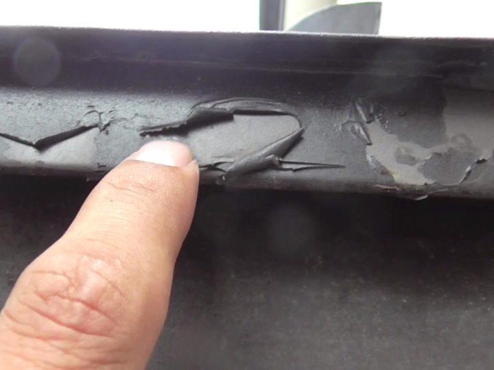 前回の塗装で適切な下塗り材が塗り込まれておらず、上塗り材が密着せずに剥れてしまっている状態です。