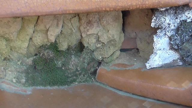 漆喰が取れて粘土露出