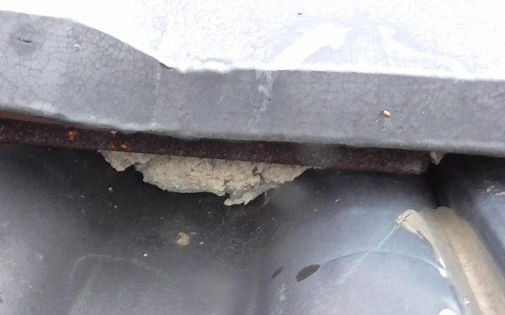 表面の漆喰が欠落 中の粘土が露出