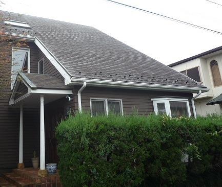 屋根全体的に苔と汚れが目立ちます