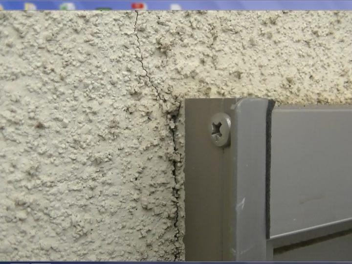 外壁ボードサッシ廻りひび割れ、水の侵入が心配