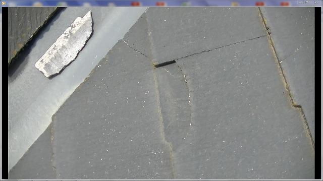 スレートが割れています。破損部を戻しシーリング材接着し、塗料にて固着が必要