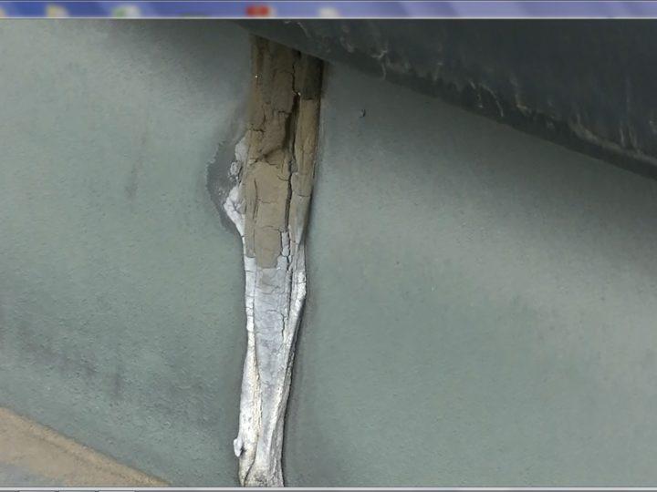 玄関屋根板金繋ぎ目シーリング防水破断