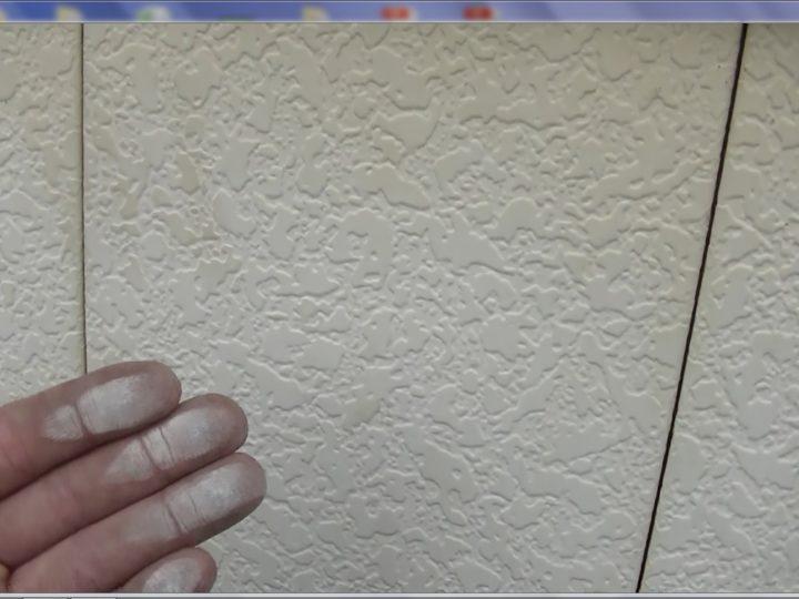 外壁の塗装が明らかに劣化し、顔料が浮き出ています。
