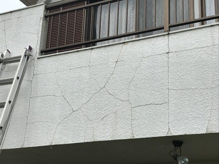ベランダ壁 ひび割れ多数